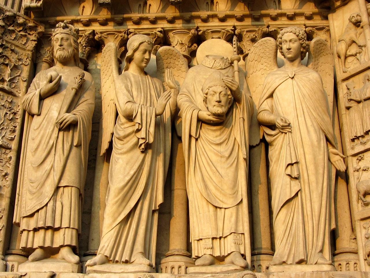 Helgenstatuer på kirkevegg