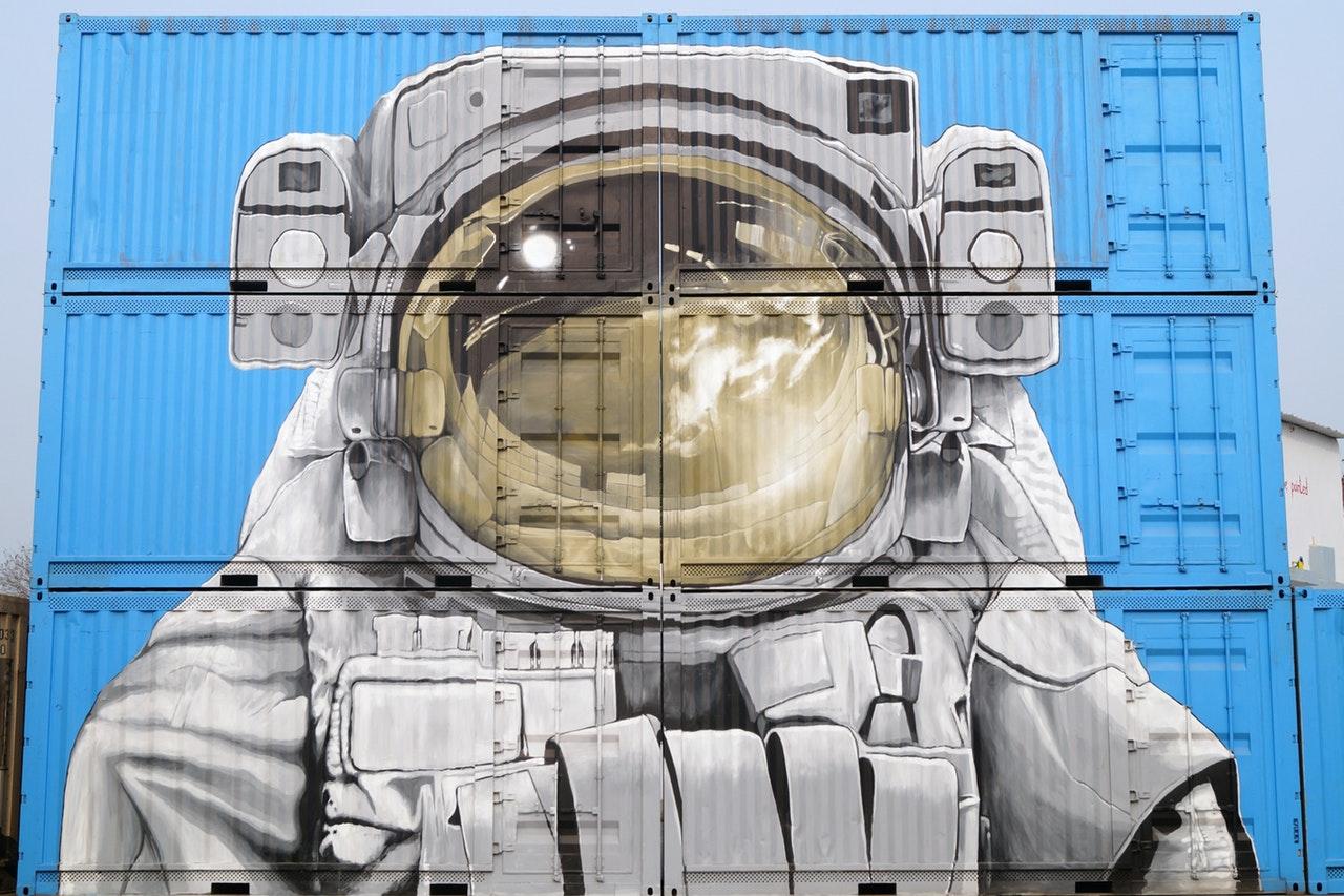 Astronaut malt på containere